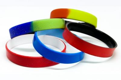 Силиконови гривни с различно съчетание на цветове в гривната